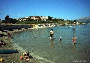Children paddling at Bilin Zal Beach