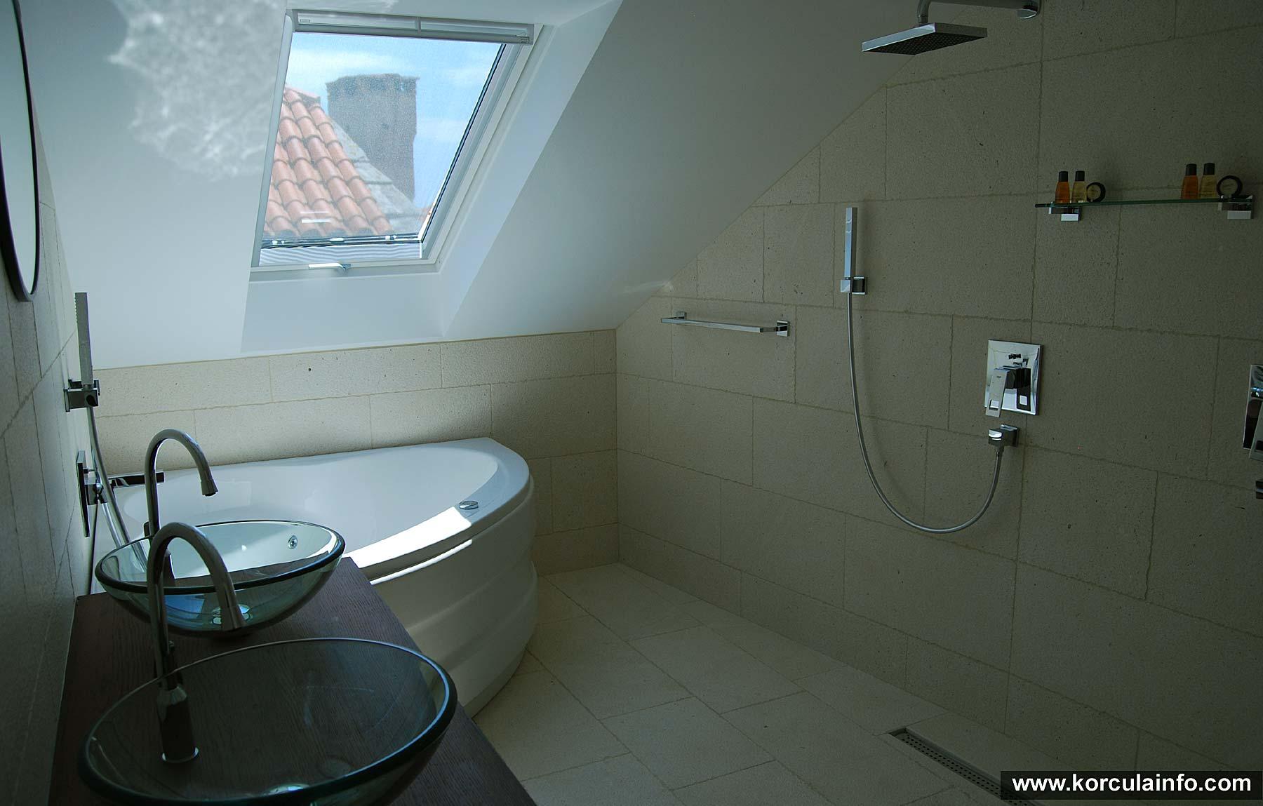 Large Bathroom at Loft Apartment, Hotel Fabris