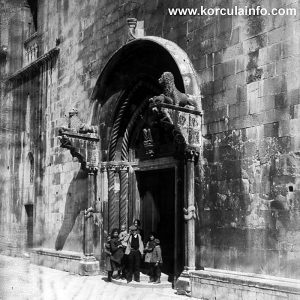 Family at the entrance to St Mark's Cathedral (1890)